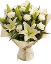 6 White Roses w/ 2 Lilies  in Bouquet